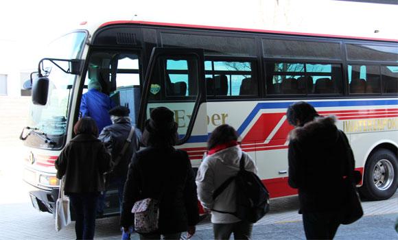 バスに乗り込む